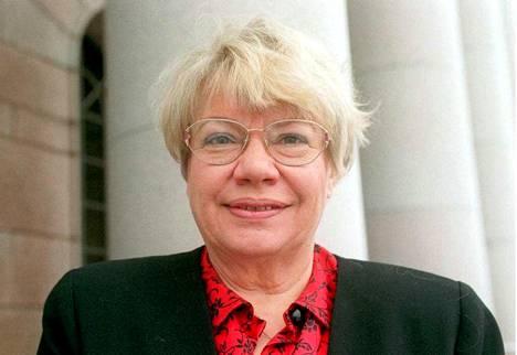 Tuulikki Ukkola Eduskuntatalon edustalla helmikuussa 1995.