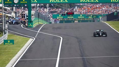 Outo näky: Lewis Hamilton starttaa uusintalähtöön yksin ruudukosta, muut varikkosuoralta.