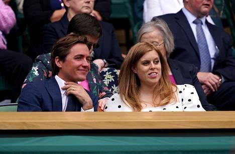 Prinsessa Beatrice ja Edoardo Mapelli Mozzi seuraamassa Wimbledonin tennisturnausta heinäkuussa 2021.