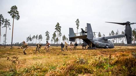 Yhdysvaltain asevoimat on läsnä Baltian maissa. Kuvassa merivoimien Navy Seals -erikoisjoukkojen ja ilmavoimien erikoisjoukkojen sotilaita, jotka saapuivat Osprey-kuljetuskoneella lähi-ilmatukiharjoitukseen Virossa 13. marraskuuta.