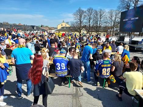 Ravintola Tifosin terassi Vanhan Rauman laidalla oli täynnä jo yli tunti ennen ottelua.