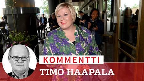 Annikka Saarikko tulossa puolueensa ministerivalintakokoukseen Helsingissä maanantaina.