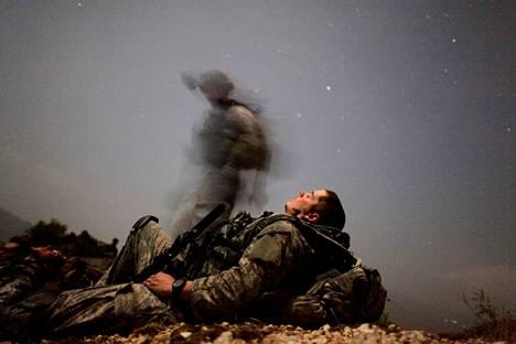 Amerikkalaissotilaat lepäsivät yöpartiossa Afganistanin Kunarin maakunnassa elokuussa 2009. Vuosien hiljaisemman jakson jälkeen Yhdysvallat lisää taas sotilaidensa määrää maassa.