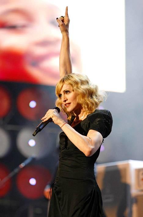 Madonna kantaa ranteessaan punaista nauhaa kabbalan symbolina.