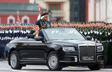 Puolustusministeri Sergei Shoigu tarkasti paraatin joukot.