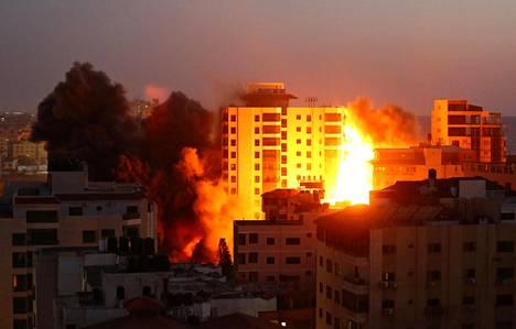 Savua nousi Hanandi-tornista sen jälkeen, kun Israelin ilmaisku osui rakennukseen.