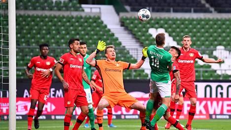 Lukas Hradeckyn pitää torjua nyt tyhjien katsomoiden edessä. Mukana menossa myös Werder Bremenin vihreäpaitainen Niklas Moisander.