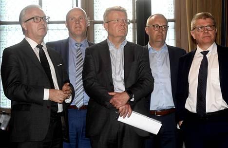 EK:n toimitusjohtaja Jyri Häkämiehen mukaan eläkeputken poisto parantaisi julkista taloutta, nostaisi työllisyysastetta ja alentaisi sosiaalivakuutusmaksuja. SAK:n puheenjohtajan Jarkko Elorannan mukaan palkansaajille kyse olisi satojen miljoonien leikkauksesta. Kesällä 2019 otetussa kuvassa myös Akavan Sture Fjäder, STTK:n Antti Palola ja Kuntatyönantajien Markku Jalonen.