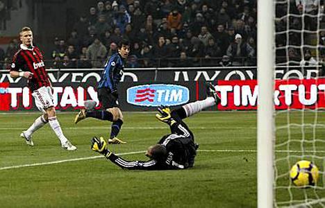 Interin Diego Milito ohitti AC Milanin maalivahdin Didan.