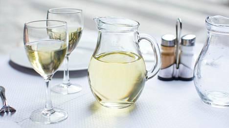 Viini saa kannussa ilmaa ja parantaa näin makua. Toisaalta ilma lyhentää viinin säilyvyyttä, joten sitä ei kannata jättää turhan kauaksi aikaa hengittämään.