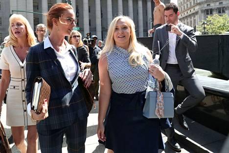 Virginia Giuffre (kesk.) syyttää newyorkilaisessa tuomioistuimessa prinssi Andrew'ta seksuaalisesta hyväksikäytöstä. Kuva elokuulta 2019.