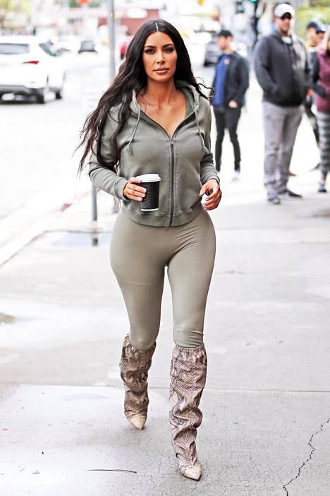 Kim Kardashian kuvattiin tässä lookissa matkalla lounaalle.