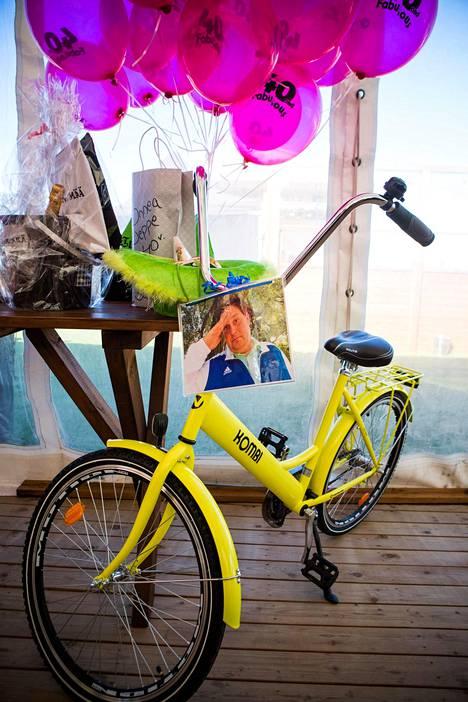 Päivänsankari sai lahjaksi muun muassa polkupyörän.
