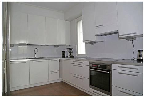 Talon keittiö on siisti ja moderni.