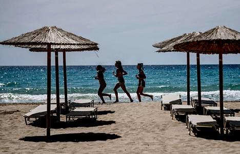 Naisia juoksemassa rannalla Kreetan saaren rannalla toukokuussa 2021.