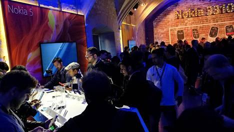 Nokia-puhelimet kiinnostivat mediaa julkistustilaisuudessa Barcelonassa viime helmikuussa.