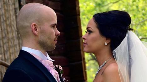 Satuhäät-sarjan ensimmäisessä jaksossa vihille menevät Sari Leppänen ja Joni Rosenblad Jyväskylästä.
