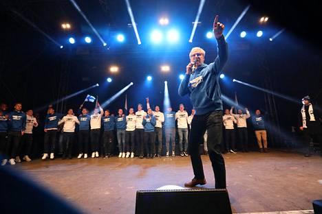 Huuhkajien päävalmentajasta Markku Kanervasta kuoriutui lavalla oikea viihdyttäjä. Hän huudatti yleisöä showmiehen elkein.