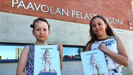 Vilma ja Hertta palkittiin Paavolan pelastusasemalla Lahdessa.