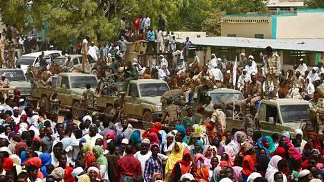 Länsi-Darfurin osavaltion pääkaupungissa Geneinassa puhkesi lauantaina ensiksi heimojen välisiä taisteluita, jotka laajenivat sotilaallisten ryhmien yhteenotoiksi.