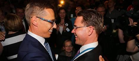 Alexander Stubb ja Jyrki Katainen hyväntuulisina puoluekokouksessa.