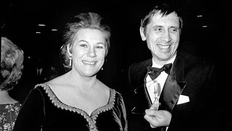 Mariaheidin ja Einojuhani Rautavaaran suhde alkoi puhelinkeskustelusta 1959. Riitaisa suhde kesti lähes neljännesvuosisadan ennen kuin se päättyi avioeroon vuonna 1982. Kuvassa pariskunta saapuu Finlandia-talon avajaisiin 2.11.1971.