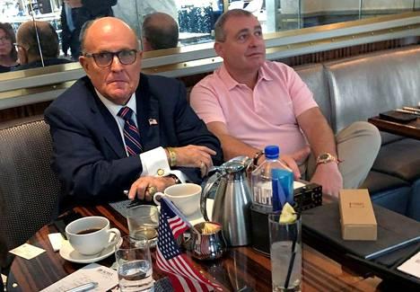 Trumpin lakimies, New Yorkin entinen pormestari Rudy Giuliani kahvitteli Lev Parnasin kanssa Trump International -hotellissa Washingtonissa viime kuussa.