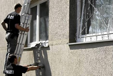Epäilty oli kiinnittänyt piikkilankaa ikkunan eteen.