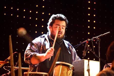 Zarkus Poussa esiintyi 14-henkisen yhtye GG Caravanin superkokoonpanossa The Circuksessa Helsingissä 29. helmikuuta 2012.