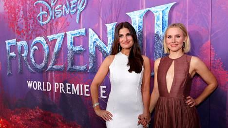 Idina Menzel (vas.) ja Kristen Bell Frozen 2:n ensi-illassa Los Angelesissa, Yhdysvalloissa.