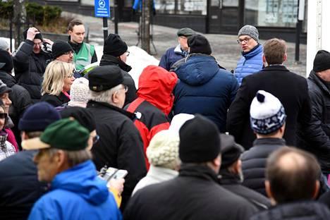 Juha Sipilä vaalitunnelmissa Kokkolan kävelykadulla maanantaina.