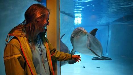 –Aika haikealla mielellä ollaan, sanoo delfiinien hoitaja Kai Mattsson. Hän on ollut delfiinien kanssa tekemisissä 30 vuotta. Kuvassa Mattsson Eevertin ja Näsin kanssa vuonna 2008.