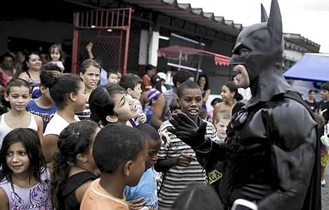 Batman-poliisi opettaa lapsille hyvän ja pahan eron.