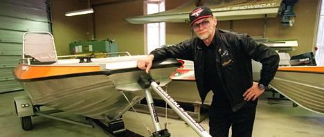 Spede Pasanen esitteli tammikuussa 1996 keksimäänsä venesuksea.