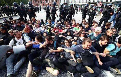Poliisin mukaan mielenosoittajien kaduilla istuvat ryhmät eivät siirry, ja poliisi on siksi joutunut käyttämään vesitykkiä.