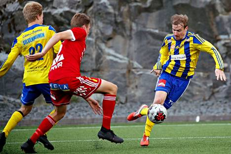 Juho Torkkeli (oik.) miesten Kakkosen ottelussa Pallo-Iirot vastaan FC Jazz kesällä 2019.