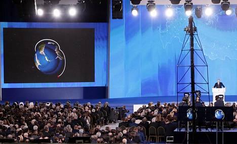 """Vladimir Putin puhui Moskovassa torstaina ja esitteli havainnekuvia uusista, """"voittamattomista"""" asejärjestelmistä."""