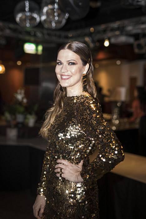 Jenni Vartiainen saapui keskiviikkoiltana Elämä lapselle -konserttiin upeassa kimaltelevassa muotiluomuksessa.