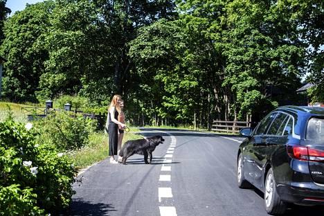 Ruut ja Anni Pelkonen ovat ulkoiluttamassa koiraansa.  Uusi kylätie on tullut tutuksi sekä kävellen että autolla.
