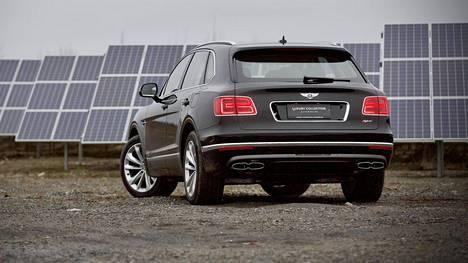 Bentley on muhkea auto. Runsautta korostaa pullea perä.