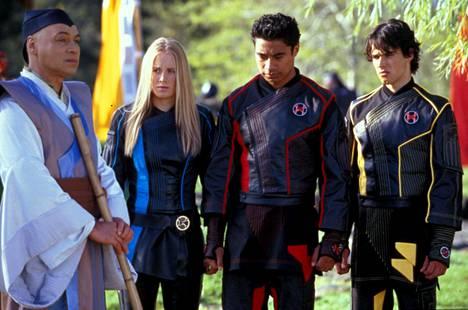 Grant McFarland, Sally Martin, Pua Magasiva ja Glenn Mcmillan kuvattuna sarjassa Power Rangers Ninja Storm.