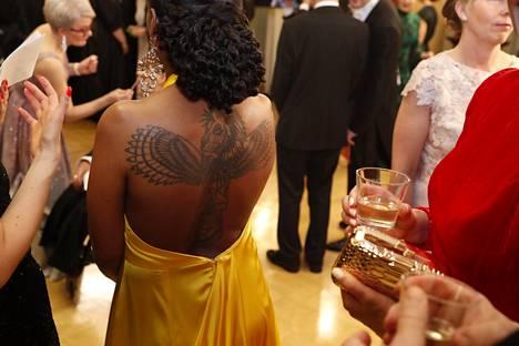 Vihreiden kansanedustajan Bella Forsgrenin iltapuvun huomiota herättävin yksityiskohta oli sen avoin selkäosa, joka paljasti koko selän peittävän tatuoinnin.