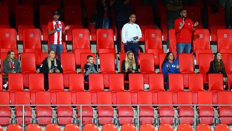 Heidenheimin stadionin katsomoon ilmestyi katsojia kesken ottelun.