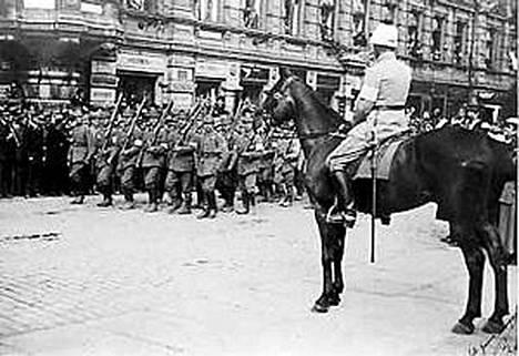 Kenraali Mannerheim Neptun-ratsunsa selässä Esplanadin puiston reunassa. 12 000 miehen ohimarssi kesti puolitoista tuntia.
