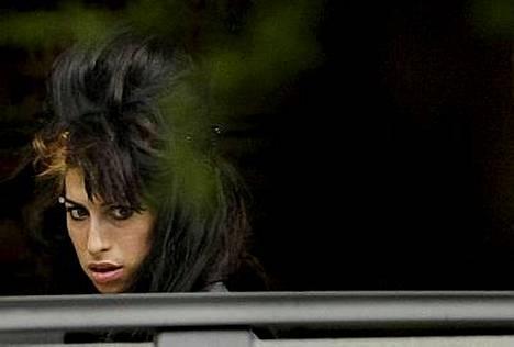 Amy Winehouse tuki miestään Blake Fielder-Civiciä oikeudessa.