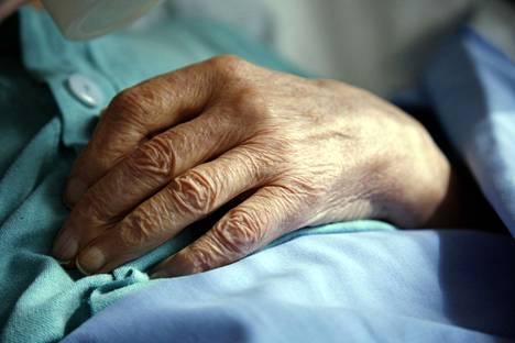 Perussairauksia sairastavat vanhukset ovat kaikkein alttiimpia helteen vaikutuksille.