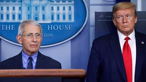 Anthony Fauci (vas.) ja Donald Trump lehdistötilaisuudessa huhtikuussa.