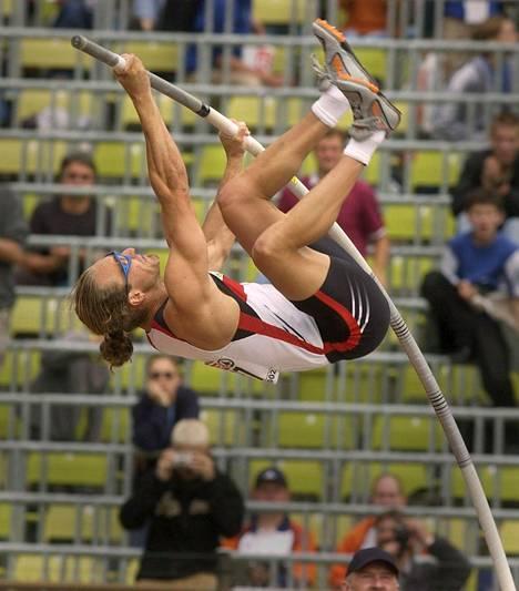 Saksan Tim Lobingerin tyylinäyte Münchenin EM-kisoissa 2002. Lobinger saavutti kisoissa pronssia.