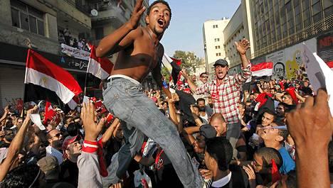 Mursia vastustavat egyptiläiset täyttivät Tahririn aukion eilen. Nyt tilanne Egyptissä kiihtyy ja presidentin neuvonantajan mukaan maassa on käynnissä sotilasvallankaappaus.