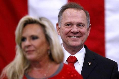 Roy Moore vaimonsa Kaylan kanssa kampanjatilaisuudessa Alabaman Midland Cityssä maanantaina.